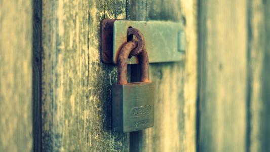 生锈的门锁