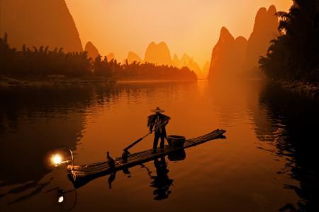 中国渔民在日出