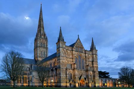 索尔兹伯里大教堂在蓝天下,英国