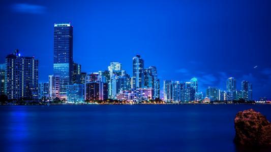 迈阿密夜间城市在大西洋海岸