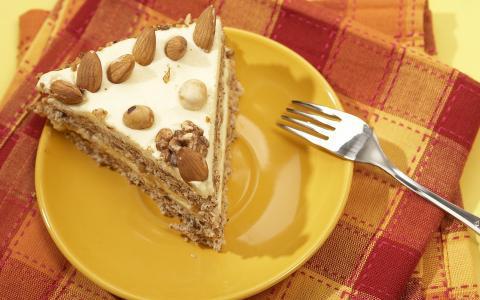 切片与坚果的蛋糕