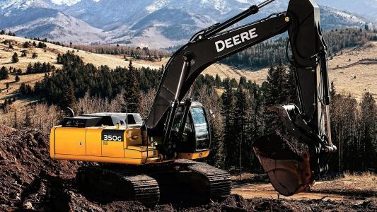 挖掘机在森林里