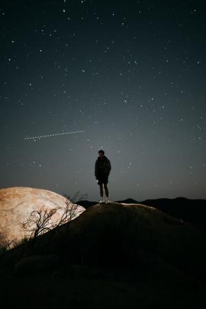 星空下一个人的图片