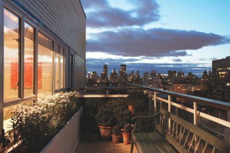 与长凳的阳台