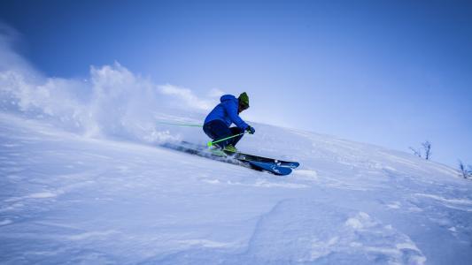 精彩刺激的滑雪运动