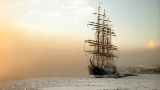 在冻海湾的帆船