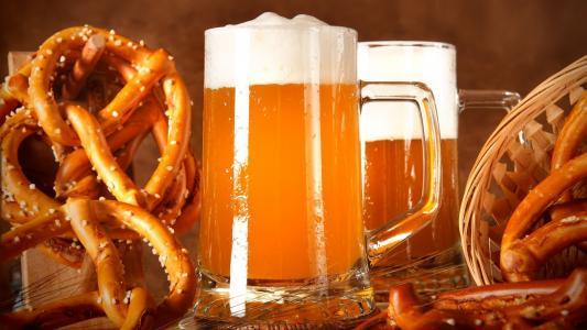 啤酒与盐渍椒盐卷饼