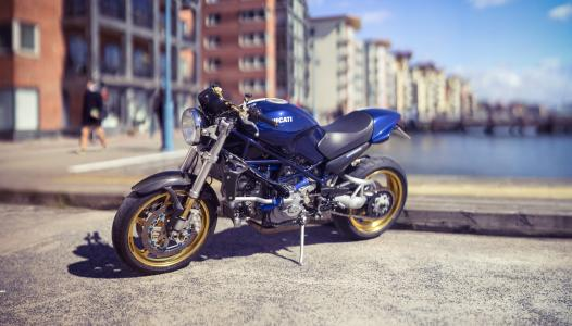 蓝色摩托车杜卡迪在城市