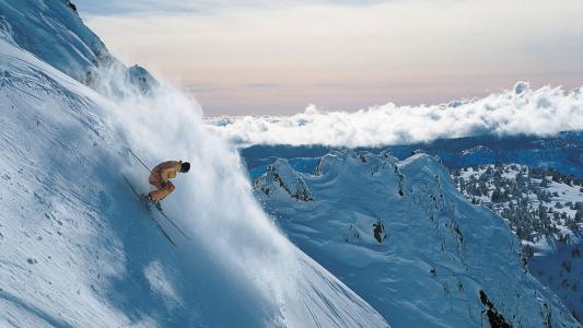 从山上下坡滑雪