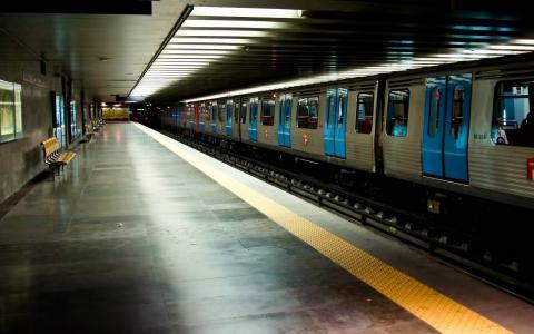 火车在地铁站