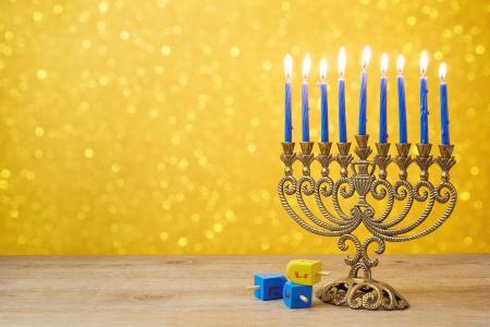 有蓝色蜡烛的美丽的古色古香的烛台