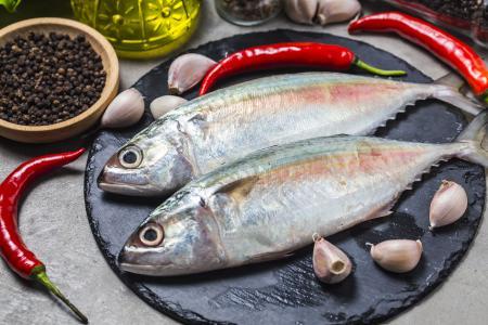 新鲜的鱼,在桌子上用红辣椒,大蒜和香料