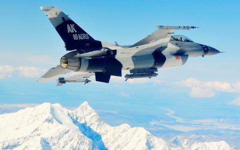 战斗机在山上