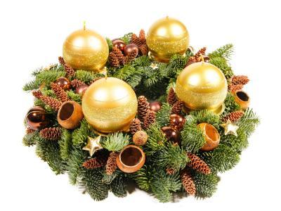 用金色蜡烛在白色背景上的圣诞花环