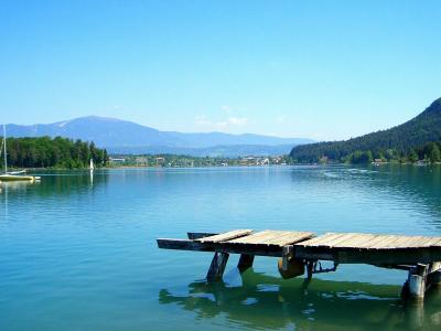 在Klopeiner湖上的木码头看,奥地利