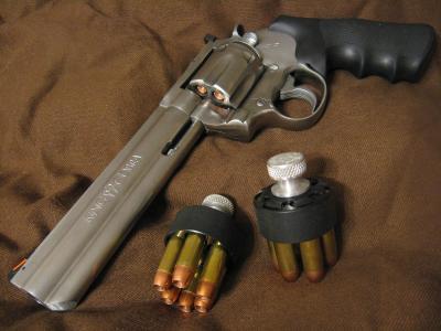 左轮手枪与墨盒
