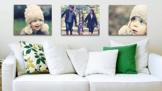 在客厅里的沙发上面的家庭照片
