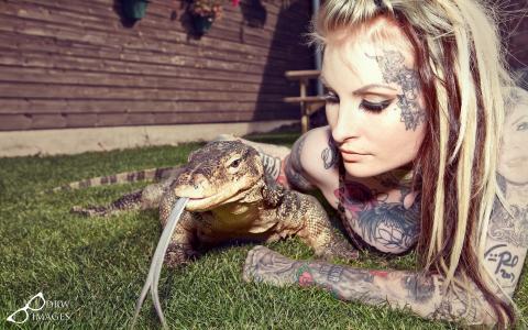 有爬行动物的纹身的女孩