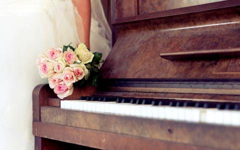 古代钢琴与一束玫瑰