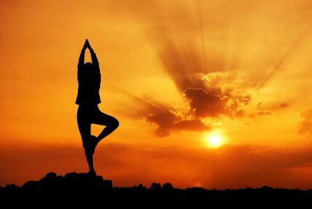 在日落时的瑜伽