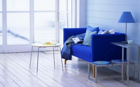 扶手椅和桌子