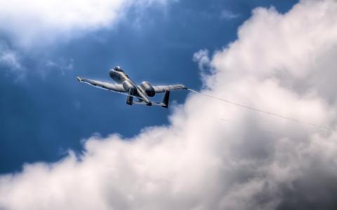 飞机在天空中的A-10