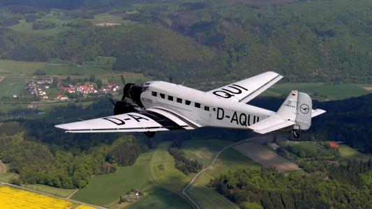 容克Ju 52-3m飞机在田间