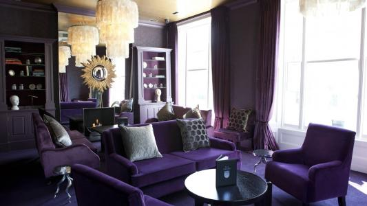 在客厅的内部淡紫色的家具