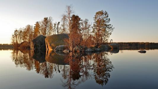 在湖上的石头岛