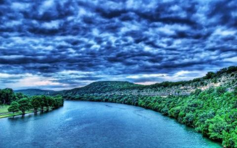 在河上的深蓝色的云彩