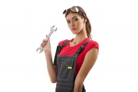 机修工女孩用手在白色背景上的关键