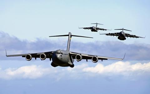 三架运输机C-17 Globmaster