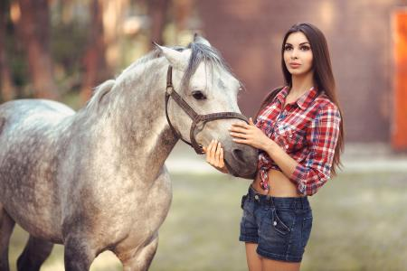 美丽的长发棕色头发与马