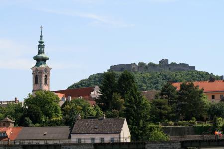 教会在一座小山的背景下,在海因堡,奥地利的城市