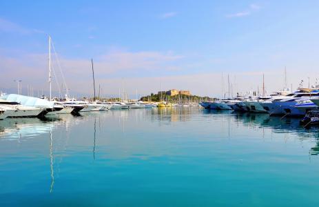 游艇在法国安提布度假村的港口