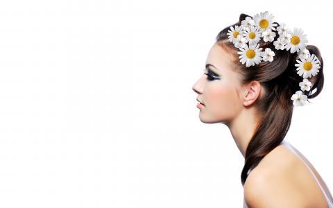 在她的头发的雏菊的黑发女郎