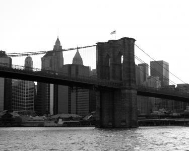 美国国旗在桥上