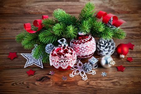 美丽的圣诞玩具,在一张木桌上的绿色云杉分支