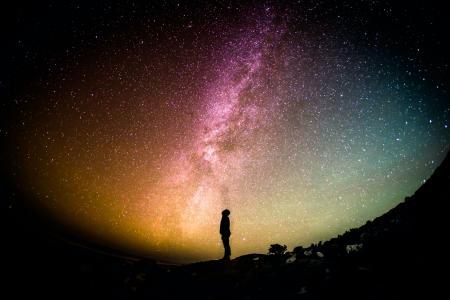 星空下一个人孤独的图片