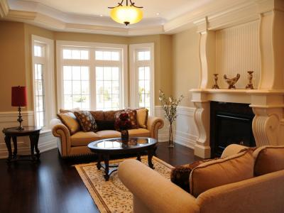 客房设有壁炉和扶手椅