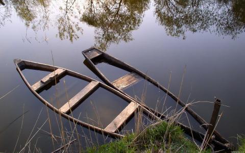 淹死的小船在湖上