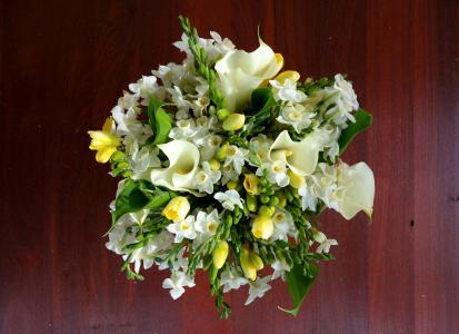 精美的白色水仙和卡拉斯在一个美丽的花束