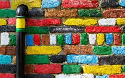 明亮的颜色,砖和管道
