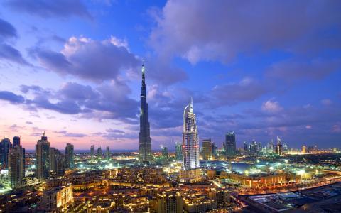 晚上迪拜的全景