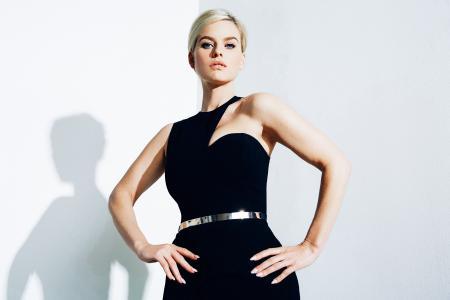 女孩女演员爱丽丝夏娃在一个黑色的美丽的衣服