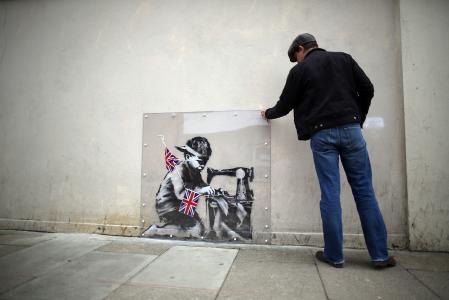一个人看着涂鸦