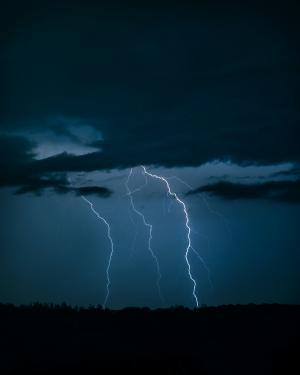 电闪雷鸣的夜晚