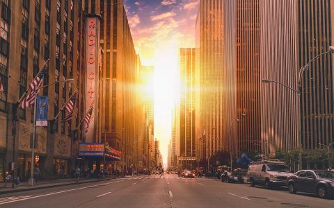 曼哈顿摩天大楼之间的太阳
