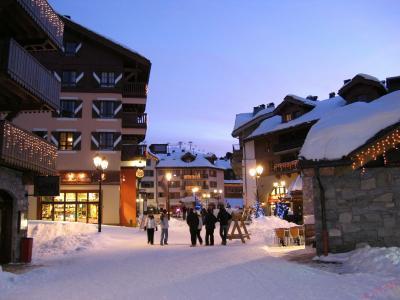 在法国Les Arcs滑雪胜地的街上漫步