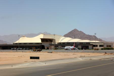 机场在沙姆沙伊赫,埃及度假胜地山的背景